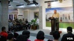 Presiden SBY memberikan pidato usai rapat terbatas pemilu, sehari menjelang pemilu legislatif di Jakarta, Selasa 8 April 2014 (foto: VOA/Andylala).