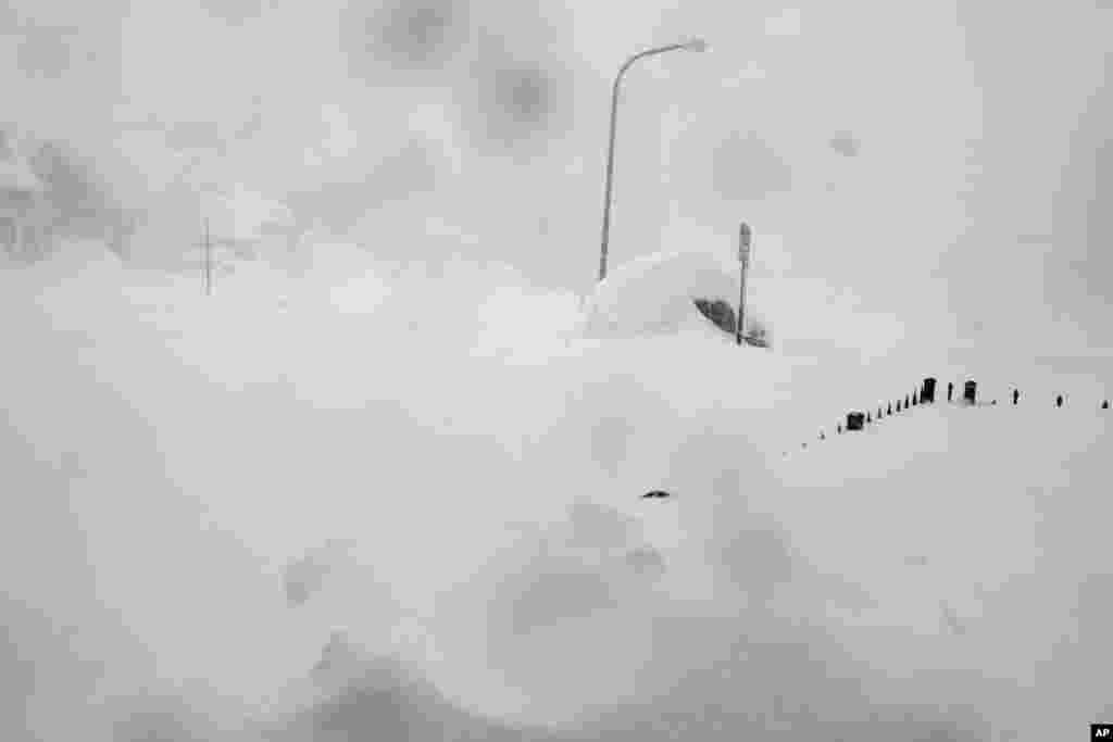 Une tempête de neige s'est abattue sur Buffalo pour la troisième journée consécutive causant plus de misère à une ville déjà enterrée par une tombée de neige meurtrière qui pourrait laisser quelques zones avec près de 2,5 mètres de neige.