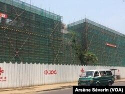 Construction par la Chine du siège du gouvernement à Brazzaville, le 10 septembre 2018. (VOA/Arsène Séverin)