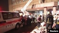 Nhân viên cứu hỏa và cảnh sát sơ tán bệnh nhân lớn tuổi sau vụ hỏa hoạn tại Bệnh viện Tân Doanh ở Đài Nam, miền nam Đài Loan, ngày 23/10/2012