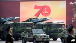 2019年10月1日在北京天安門廣場舉行為慶祝中共建政70年舉行的閱兵式上展示的中國車載東風17型彈道導彈。 (美聯社照片)