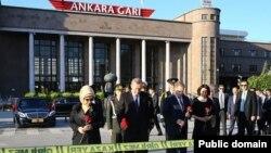 Erdogan Ankara Garı önünde saldırının gerçekleştiği olay yerini ziyaret etti
