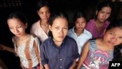Những kẻ buôn người đưa người ra nước ngoài để làm việc nhà, đi ăn xin, hôn nhân bắt buộc và đẻ thế