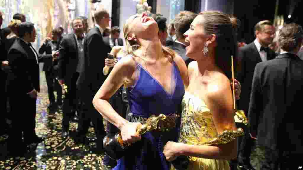 """Brie Larson, lauréat du prix de la meilleure actrice pour sa rôle dans le film """"Room"""", et Alicia Vikander, lauréat du prix de la meilleure actrice pour sa rôle dans le film """"The Danish Girl"""" posent dans les coulisses de la cérémonie, le 28 février 2016,"""