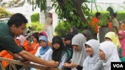 Para remaja menghadiri forum diskusi yang diselenggarakan di Posyandu Remaja di kawasan Gampingan, Yogyakarta.