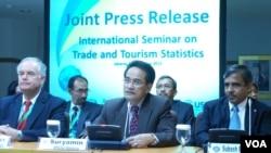 Dari kiri ke kanan, Kepala Statistik Perdagangan Internasional Bidang Jasa Asia Pasifik Karoly Kovacs, Ketua BPS Suryamin dan Direktur Integrasi Pasar ASEAN Subash Bose Pillai. (VOA/Iris Gera)