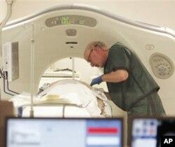 Dr. Steven Birnbaum ໃຊ້ CT-Scan ເພື່ອກວດເບິ່ງໂຣກມະເຮັງ ຢູ່ສູນການແພດໃນພາກໃຕ້ຂອງລັດ New Hampshire (03/06/10)