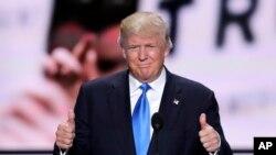 Kandidat presiden AS dari Partai Republik, Donald Trump, saat memperkenalkan istrinya dalam Konvensi Nasional Partai Republik di Cleveland (18/7). (AP/J. Scott Applewhite)
