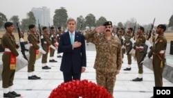 John Kerry dengan panglima angkatan darat Pakistan Raheel Sharif dalam kunjungannya ke Islamabad (13/1).