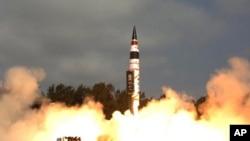 19일 인도 동부 오리사주 해안의 휠러섬에서 발사된 핵탄두 탑재가 가능한 사거리 5000㎞가 넘는 장거리 신형 탄도미사일 '아그니-5'의 시험발사 장면