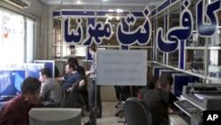 Warga Iran menggunakan internet di sebuah internet cafe di Teheran (foto: ilustrasi).