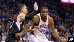 Kevin Durant d'OKC Thunder et Austin Rivers des Clippers de Los Angeles, Oklahoma City, le 9 mars 2016. (AP Photo/Sue Ogrocki)