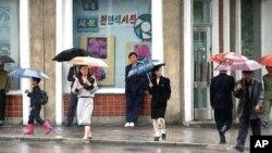 비 내리는 평양 거리. (자료사진)