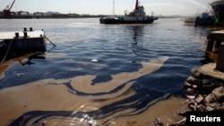2013年10月12日浙江省宁波市附近油轮爆炸后在河道里留下的油污