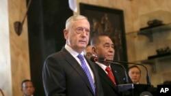 ABŞ müdafiə naziri Cim Mattis İndoneziyada həmkarı Ryamizard Ryacudu ilə birgə mətbuat konfransında, Cakarta, 23 yanvar, 2018.