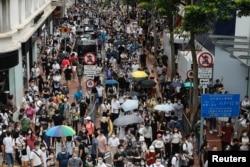 香港民众在香港主权移交纪念日举行游行反对港版国安法。(2020年7月1日)