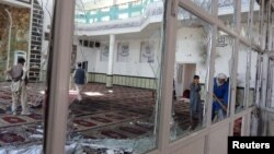 Un hombre limpia escombros del sitio de un atentado suicida en una mezquita chií en Gardéz, provincia de Paktia, Afganistán, sábado 4 de agosto de 2018. FOTO: REUTERS. Al día siguiente, un suicida talibán mató a tres soldados de la OTAN que patrullaban a pie cerca de la base militar de Bagram.