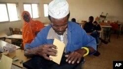 Warga Djibouti memberikan suara dalam pemilihan presiden. (Foto: Dok)