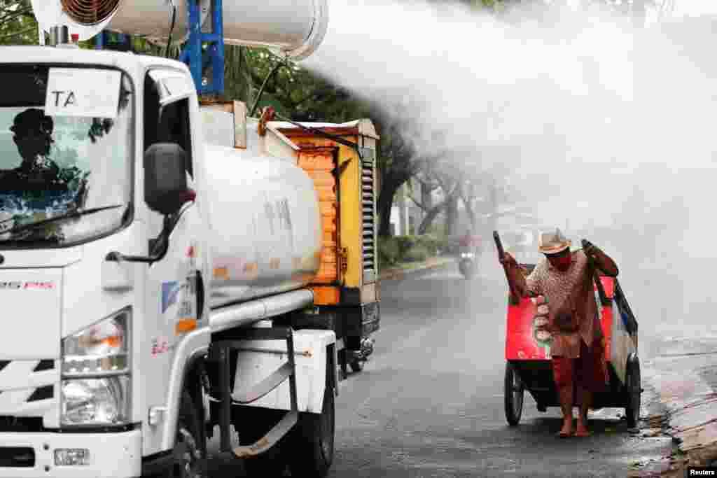İndoneziya Qırmızı Xaç personalı İndoneziyanın Cakarta şəhərində dezinfeksiya işləri aparır