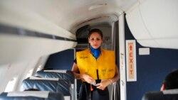 비상시 탈출 요령 가르치는 비행기 안전학교