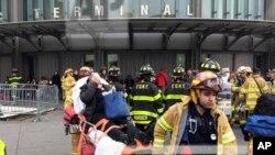 Một hành khách bị thương trong vụ xe điện trật đường ray ở Brooklyn, New York, ngày 04/01/2017.