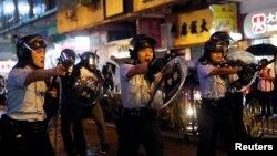 香港警察2019年8月25日在荃灣用槍指向示威群眾