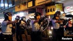 香港警察在荃湾鸣枪示警,开出反送中抗议运动期间的第一枪。(2018年8月15日)