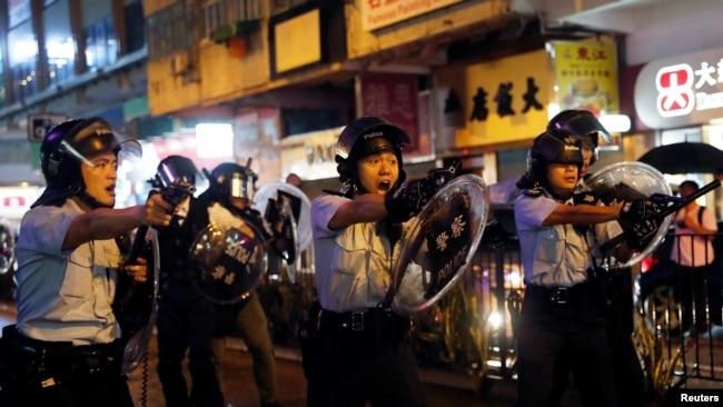 香港警察在荃灣鳴槍示警,開出反送中抗議運動期間的第一槍。 (2018年8月15日)