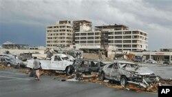 龍捲風星期日晚突襲了距離堪薩斯城以南200公里的小鎮喬普林﹐並嚴重破壞了一所醫院。圖為該醫院裡的停車場。