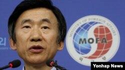 윤병세 한국 외교장관이 27일 외교부 청사에서 열린 내외신 기자회견에서 취재진의 질문에 답변하고 있다.