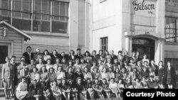 Tấm ảnh đen trắng các nữ công nhân nhà máy sản xuất đàn Gibson ở Michigan. (Ảnh: John Thomas)