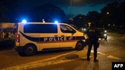 Polisi siaga di lokasi setelah tersangka pemancung seorang guru berhasil ditembak tewas di pinggiran Paris, Perancis hari Jumat (16/10).