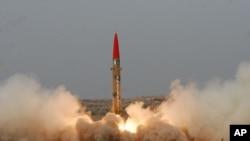 Prueba de lanzamiento de un misil pakistaní Ghaznavi, el 10 de mayo, de 2012.
