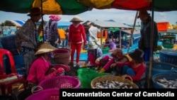 Một chợ cá ở tỉnh Kampong Chhnang, Campuchia, nơi có nhiều người gốc Việt sinh sống.