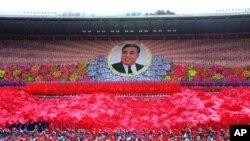 Ribuan warga Korea Utara merayakan ulang tahun mendiang Kim Il Sung di lapangan ibukota Pyongyang (foto: dok).