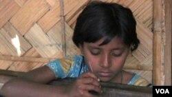 Sabina, 13 tahun, terpaksa bekerja membuat zari untuk membantu membiayai kehidupan keluarganya.