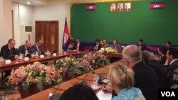 លោក ហោ ណាំហុង រដ្ឋមន្ត្រីក្រសួងការបរទេសបានកោះប្រជុំអង្គទូតនានាប្រចាំនៅប្រទេសកម្ពុជានៅឯទីស្តីការក្រសួងការបរទេស ដើម្បីស្តាប់ការពន្យល់របស់លោកទាក់ទិនការធ្វើបាតុកម្មទាមទាដកលោក កឹម សុខា អនុប្រធានគណបក្សប្រឆាំងចេញពីតំណែងអនុប្រធានរដ្ឋសភាកាលពីថ្ងៃសុក្រ ទី៣០ ខែតុលា ឆ្នាំ២០១៥។ (VOA Khmer)
