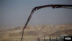 """Pekerjaan konstruksi di komplek permukiman Yahudi """"Maale Adumim"""" dekat Yerusalem. Pemerintah AS mengakui gagal membujuk Israel untuk memperpanjang pembekuan pembangunan permukiman di wilayah pendudukan Palestina."""