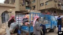 Hàng trăm gia đình bỏ chạy khỏi thành phố Fallujah để tránh một vụ giao tranh lớn sắp xảy ra.