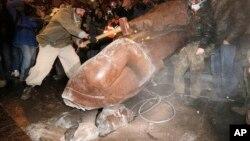 12月8日乌克兰人在基辅市中心推倒列宁雕像