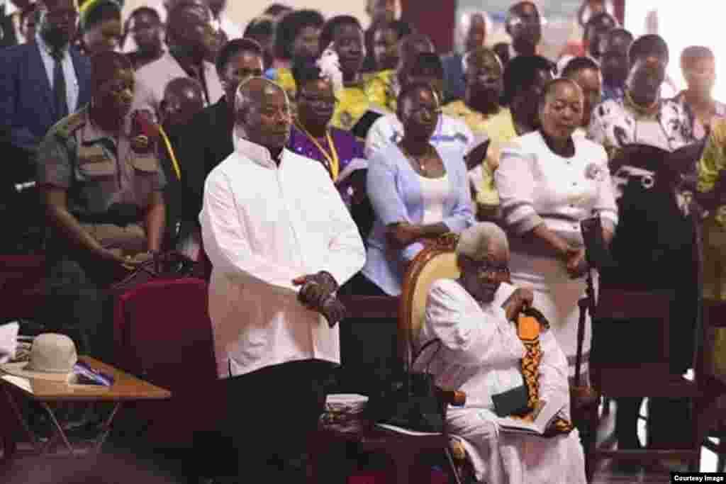 Mama Maria Nyerere na Rais Yoweri Museveni katika kanisa Katoliki- Namugongo, Uganda wakati maombi yakiendelea.