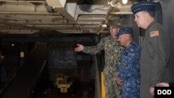驻日美军司令马丁内斯空军中将(右)陪同日本海上自卫队官员参观美国海军日耳曼城号登陆舰