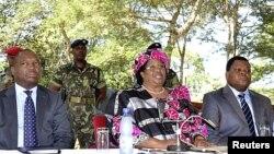 Shugabar kasar Malawi, mace ta farkoJoyce Banda, take jawabi ga manema labarai Asabar.