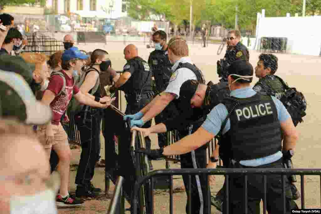 Демонстранти намагаються повалити паркан навпроти Білого дому.