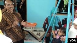 Tim Kemenko PMK meninjau penimbangan berat badan balita dan aktifitas Posyandu di Solo, Jawa Tengah, Selasa 18/7. (Foto: VOA/Yudha)