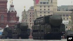 """""""Topol-M"""" ballistik raketalari paradda, Moskva."""