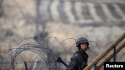 一名韩国士兵2013年3月12日在首尔以北坡州靠近分隔朝鲜半岛南北双方的非军事区走上一个观察哨所的台阶