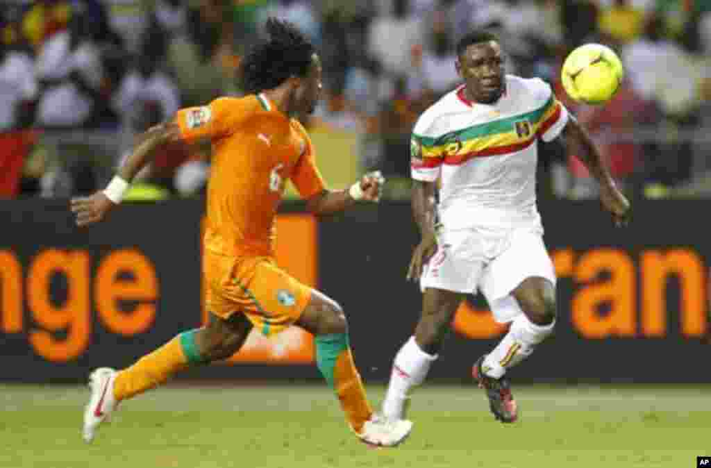 Mali's Adama Tamboura (R) plays against Ivory Coast's Jean-Jacques Gosso during their African Nations Cup semi-final soccer match at the Stade De L'Amitie Stadium in Gabon's capital Libreville February 8, 2012.