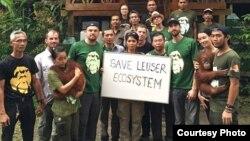 Leonardo DiCaprio (ke-4 dari kiri) mewakili Leonardo DiCaprio Foundation saat mengunjungi Taman Nasional Gunung Leuser di Aceh. (Courtesy: Facebook)