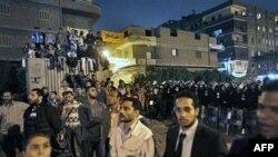 Hàng trăm ủng hộ viên của Đảng Huynh đệ Hồi giáo tụ tập để phản đối hành vi gian lận bên ngoài một trung tâm kiểm phiếu ở khu vực Shubra el-Kheima ở Cairo, ngày 29/11/2010